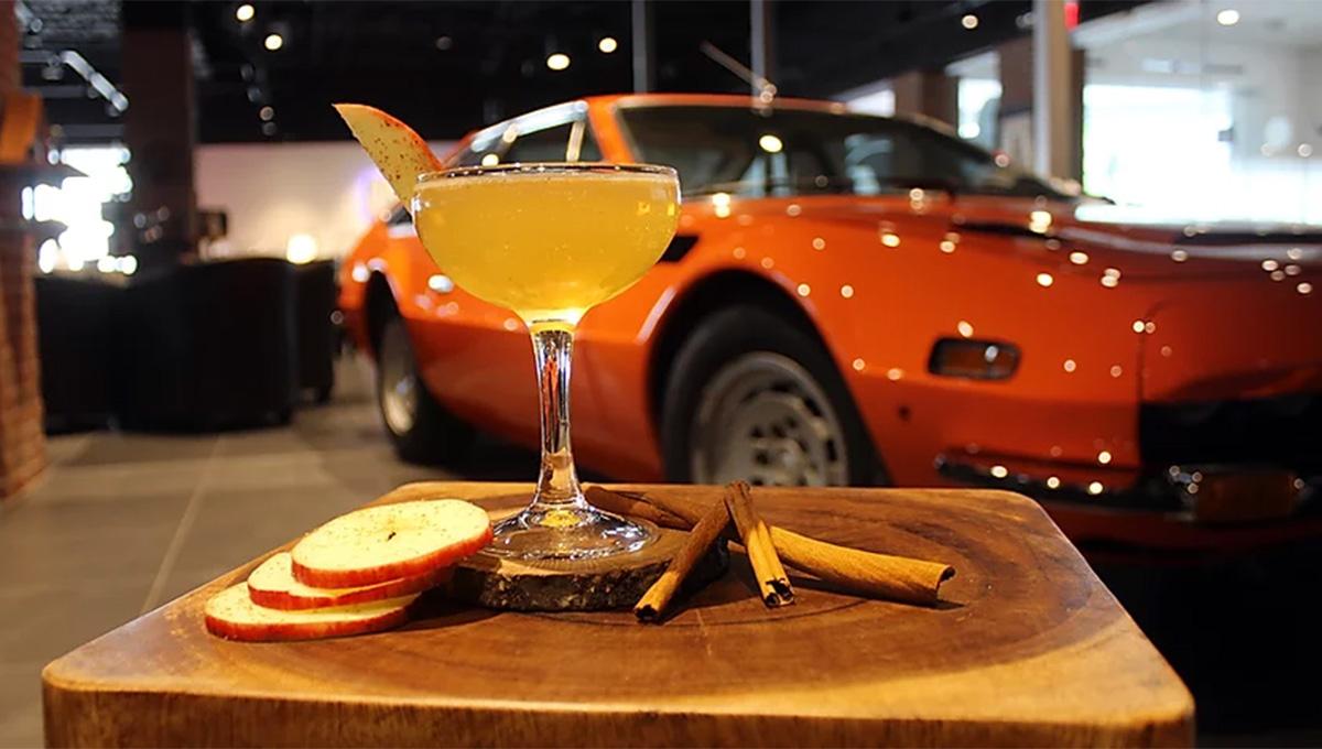 """Conheça o """"M Bar"""" um bar com tema vintage decorado com carros em Orlando"""